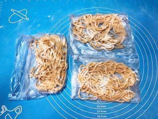 宝宝健康食谱   鲜虾番茄南瓜面,一次可以多做点儿,分别装在保鲜袋里,冷冻保存,宝宝吃的时候比较方便
