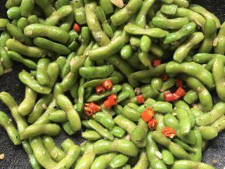 酱毛豆,放入朝天椒进行翻炒出香味。