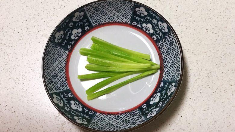 宝宝健康食谱  迷你小寿司,把莴笋切成小条