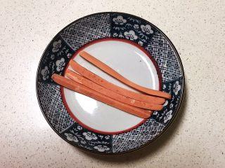 宝宝健康食谱  迷你小寿司,把火腿肠切成4条