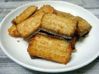红烧带鱼,煎好的带鱼,装盘备用