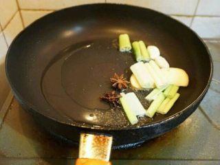 红烧带鱼,锅中倒入适量的油,放入葱姜蒜八角微微吵香