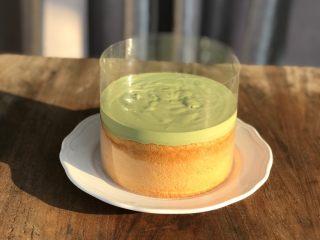 抹茶冰激凌爆浆蛋糕,包好的戚风胚,倒入冷却后的抹茶酱,稍微震动,使抹茶酱表面平整,光滑。