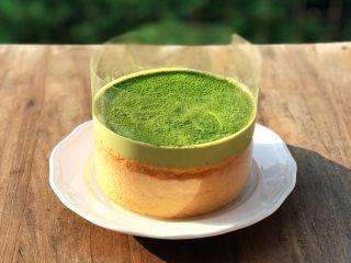 抹茶冰激凌爆浆蛋糕,最后在蛋糕上面,用粉筛撒入抹茶粉装饰。喜欢的还可以加上红豆或者芒果点缀,更显层次分明。