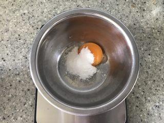 抹茶冰激凌爆浆蛋糕,这次重点介绍抹茶卡仕达酱:首先蛋黄和砂糖搅拌打发,使蛋黄变淡,发白,乳化,体积蓬松。