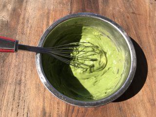 抹茶冰激凌爆浆蛋糕,将热牛奶倒入蛋黄糊中,不停搅拌,使其融合。注意一定要不停搅拌,防止颗粒产生。