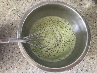 抹茶冰激凌爆浆蛋糕,抹茶粉加入少量牛奶,搅拌均匀至无颗粒状态。然后再加入剩余的牛奶,加热至80度。