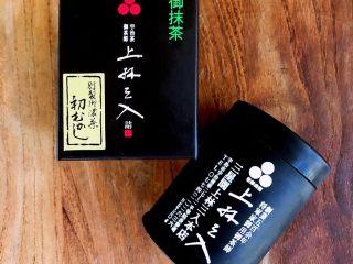 """抹茶冰激凌爆浆蛋糕,抹茶的品种很重要,一直很喜欢日本宇治县出产的抹茶粉,品牌""""三星园上林三入"""",口感和色泽都很优秀。我们常用的品牌还有五十铃,青岚,若竹。"""