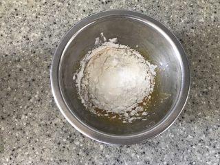 抹茶冰激凌爆浆蛋糕,然后加入玉米淀粉搅拌均匀,状态比较厚重,别担心,这是正常现象。