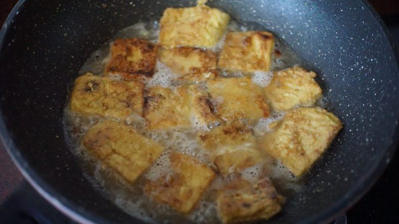 茄汁豆腐,热油锅后放入蘸取鸡蛋液的豆腐煎至表面金黄