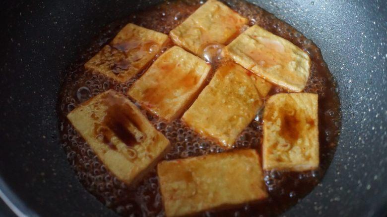 茄汁豆腐,最后加入盐和美极鲜味翻拌均匀至稍微收汁