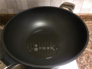 青椒培根炒土豆丝,热锅倒油烧至八成热。