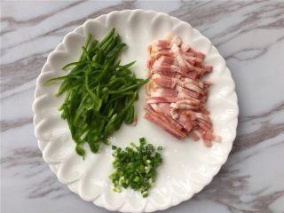青椒培根炒土豆丝,将青椒、培根切丝,小葱切颗粒。