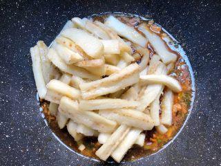 咸鱼茄子煲,倒入炸好的茄条翻炒均匀