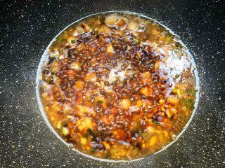 咸鱼茄子煲,水开加入2g盐,10g生抽,8g蚝油,10g料酒,5g鸡精,3g白糖搅拌均匀