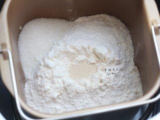可爱的龙猫面包,在面包机桶的一角加入砂糖,然后在面粉中间挖个坑填入干酵母