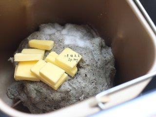 可爱的龙猫面包,运行2个和面程序后,加入盐和无盐黄油,再次启动面包机的和面功能