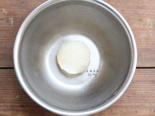 可爱的龙猫面包,揉成光滑的面团即可,盖上保鲜膜静置松弛30分钟