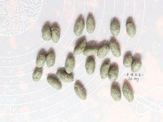 可爱的龙猫面包,取一个面团分割成24份,分别搓成椭圆柱形,以做龙猫的耳朵