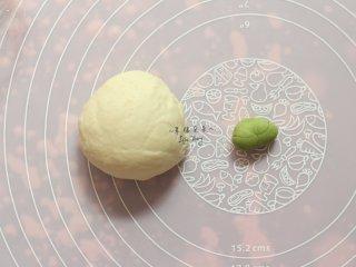可爱的龙猫面包,龙猫面团二发期间来处理欧克皮,取一小块欧克皮面团加入少许抹茶粉,揉成绿色面团,抹茶粉揉入太干的话可以加少许水