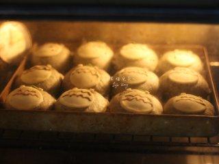可爱的龙猫面包,烤箱预热完成后,将装饰完成的龙猫送入烤箱中层180度烘烤25分钟,注意烘烤10分钟左右加盖锡纸,以防龙猫上色过度