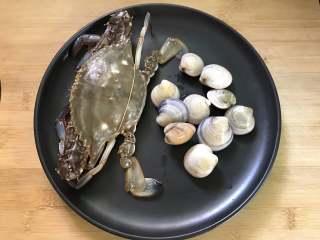 梭子蟹海鲜面,准备好材料。