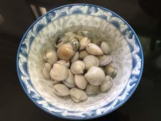 梭子蟹海鲜面,先把买回来的文蛤放清水中静养干净。