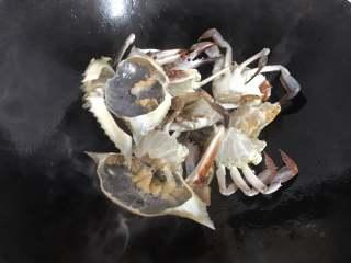 梭子蟹海鲜面,放入切成小块的梭子蟹翻炒。