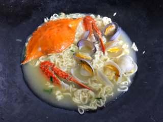 梭子蟹海鲜面,再把刚才捞出的梭子蟹和文哈一起放入锅中,再次煮开后即可熄火。