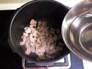 宝宝健康食谱  自制猪肉松,加入开水,水量没过里脊