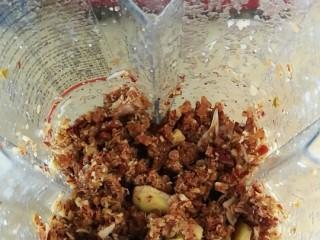 秋季滋养,滋阴润肺秋梨膏 ,红枣、老姜、百合、罗汉果倒入搅拌机中打碎
