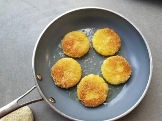 红薯饼,放入倒过少许油的平底锅中,小火煎至两面金黄就好
