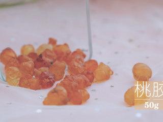 桃胶的3+1种有爱吃法「厨娘物语」,[冰糖炖桃胶] 清水1L倒入50g桃胶泡发12小时(中间可以换一次水哦)