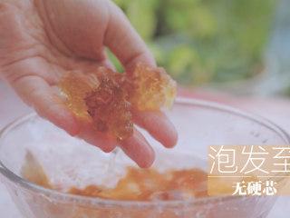 桃胶的3+1种有爱吃法「厨娘物语」,清水1L倒入50g桃胶泡发12小时(中间可以换一次水哦)