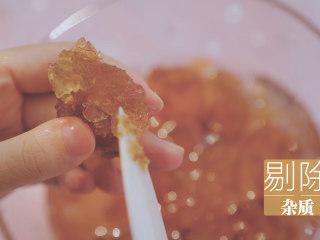 桃胶的3+1种有爱吃法「厨娘物语」,泡发至没有硬芯,就可以剔除桃胶上的一些杂质,将较大的桃胶切成均匀的小块。