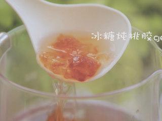 桃胶的3+1种有爱吃法「厨娘物语」,洗净的桃胶倒入养生壶中,倒入1L清水、80g冰糖,选择养身汤炖煮2小时以上,炖至出胶。