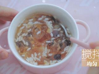 桃胶的3+1种有爱吃法「厨娘物语」,100ml冰糖桃胶加入15g甜酒酿、10g蔓越莓搅拌均匀。