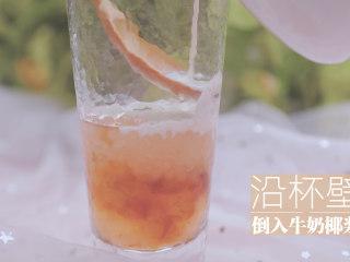 桃胶的3+1种有爱吃法「厨娘物语」,杯中倒入100ml冰糖桃胶、放入西米,沿杯壁倒入牛奶椰浆。