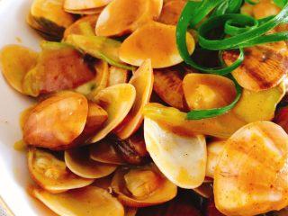 咖喱炒花蛤-好吃到舔壳,每一片贝壳都沾满咖喱,好吃到舔壳。