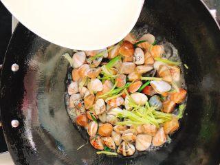 咖喱炒花蛤-好吃到舔壳,倒入水,水量以差0.5毫米不淹没贝壳为宜。