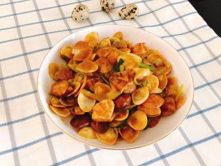 咖喱炒花蛤-好吃到舔壳,炒好装盘。