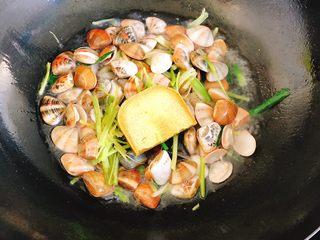 咖喱炒花蛤-好吃到舔壳,随后紧跟着放入咖喱块翻炒。