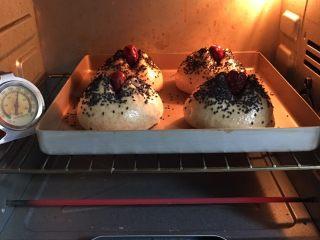 粗粮健康包,烤箱预热至180度,金盘送入烤箱烤制25分钟。