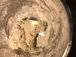 鲜肉包,酵母水加入250克面粉拌匀,