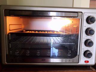 宝宝健康食谱  旺仔小馒头,把烤盘放入烤箱,上下火160W烤15分钟即可