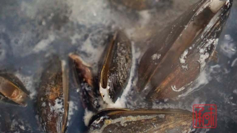 承味海鲜鲍鱼蝴蝶意面,其实西餐的我也可以,煮蛤蜊3分钟。都是大火开了之后算时间的,在煮蛤蜊的时候可以加少量的葱姜在里边,为了去腥。