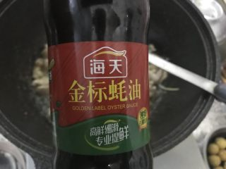 板栗焖鸡腿丁,加蚝油。