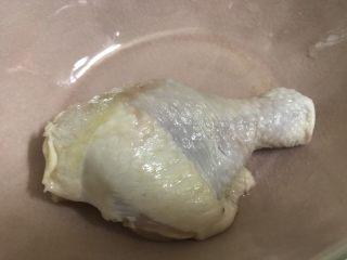 板栗焖鸡腿丁,煮板栗时,处理鸡腿。