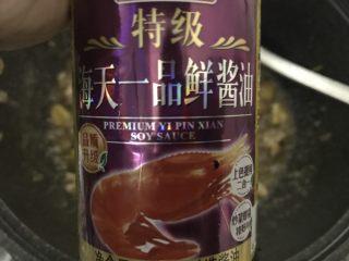 板栗焖鸡腿丁,焖到汁水快干,就加点生抽。