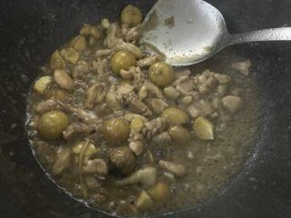 板栗焖鸡腿丁,大火收汁,放入葱花翻炒均匀出锅。
